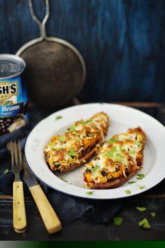 4 (yht. 1,2 kg) pienehköä bataattia 1 tlk (400 g) mustapapuja 1 tlk (400 g) pieniä valkopapuja 2 sipulia 4 valkosipulinkynttä 2 rkl rypsiöljyä 2½ tl suolaa 2 tl paprikajauhetta 1½ tl korianteria 1½ tl juustokuminaa 1 tl mustapippuria 1 tl timjamia 1 tl oreganoa ¾ tl chilihiutaleita 2 rkl rypsiöljyä Päälle:  200 g mozzarellaraastetta
