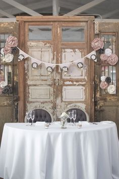 Wedding Head Table - Use a vintage door for your background Head Table Wedding, Wedding Reception Backdrop, Wedding Table Settings, Wedding Centerpieces, Wedding Decorations, Wedding Backdrops, Tall Centerpiece, Ceremony Backdrop, Trendy Wedding