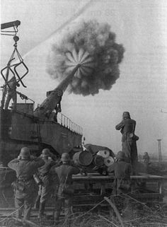 A German Krupp railway gun firing at a distant target. It was the most commonly used German railway gun of World War II. World History, World War Ii, Ww2 History, Railway Gun, Rare Historical Photos, Rare Photos, Big Guns, German Army, Panzer