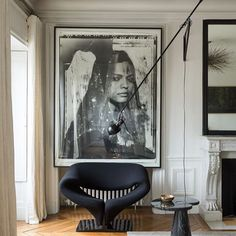 Amazing monochrome #pinterest #interior - I have always loved giant #art - would love to know where the light and stool come from -they are gorgeous! Fab mantelpiece too!  What's everyone up to today? Hope it's a restful one! #interiordesign #interiorstyling #interiorstylist #interiordesigninspiration #pinterestinspiration #blackandwhiteinterior #art #artwork #architecture #artlife #artstagram #photography #photoshoot #photographer #lighting #lightingdesign #mantlepiece #lovehighceilings…
