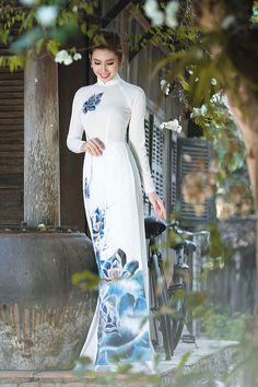 Chuyen may va ban cac loai vai ao dai thoi trang Vietnamese Traditional Dress, Vietnamese Dress, Sexy Asian Girls, Beautiful Asian Girls, Traditional Gowns, Poker Online, International Fashion, Ao Dai, White Girls