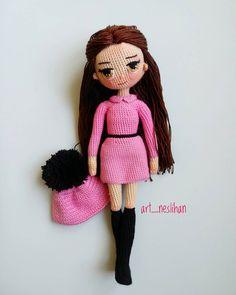 Minik sahibinin istediği model ve renklerden ortaya çıkan💗♥ pembe siyah…. The model and colors that the tiny owner wants ist ♥ pink black …. Crochet Dolls Free Patterns, Amigurumi Patterns, Doll Patterns, Yarn Projects, Crochet Projects, Diy Crochet, Crochet Toys, Folded Book Art, Crochet Doll Clothes