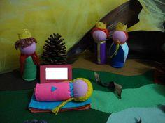 TEMAS DA HISTÓRIA : BUSCA PELA PERFEIÇÃO, APARÊNCIAS ENGANAM, SENSIBILIDADE, SUPREMACIA DA VERDADE. <br>O Teatro de Bonecos é uma forma lúdica de estimular a imaginação e fantasia das crianças.Durante a narrativa os personagens se movimentam num cenário simples e mágico que pode ser criado com panos coloridos, sementes e cascas de árvores.Muito utilizado nas escolas européias, e em especial na Pedagogia Waldorf, encanta adultos e crianças tanto na escola, em casa, como em comemorações como…