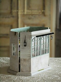 3年程前に作った「LADUREE」 の小物をしまう場所としてハウスを作りました。よく身内の評価は厳しいと言いますが。これを見た家族「バランス悪いんじゃない...
