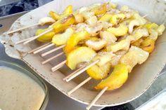 Brochetas de fruta con salsa de plátano