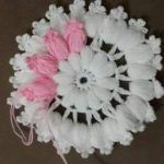 This Pin was discovered by Hal Crochet Flower Tutorial, Crochet Flower Patterns, Doily Patterns, Crochet Blanket Patterns, Crochet Designs, Crochet Flowers, Puff Stitch Crochet, Crochet Mat, Crochet Doilies