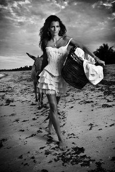 Fernanda Motta Nua   Fernanda Motta posa na Praia do Forte, na Bahia, para a revista 'T ...