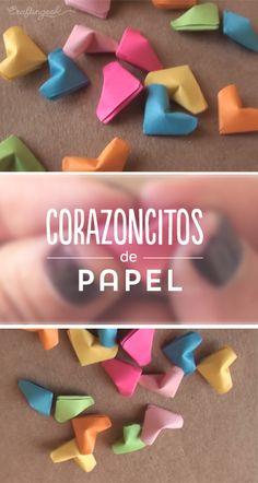 Corazoncitos de papel con hojas de colores.