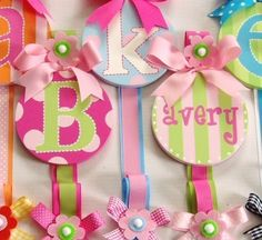 Hand-painted Monogrammed Bow Holders and Personalized Bow Holders Boutique Hair Bows, Baby Boutique, Boutique Ideas, Princess Hair Bows, Diy Upcycling, Crafts For Kids, Diy Crafts, Diy Hair Bows, How To Make Bows