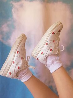 Faux Feather Lace Up Sneakers Aesthetic Shoes, Aesthetic Clothes, Aesthetic Pastel, Look Retro, Painted Shoes, Painted Sneakers, Dream Shoes, Custom Shoes, Customised Shoes