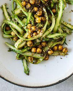 Spargelsalat mit gerösteten Kichererbsen. Ein orientalisch angehauchter, frischer Frühlingssalat.
