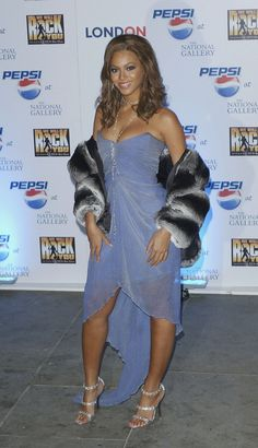 Destiny& Child has graced us with some incredible ensembles in the early to but when it comes to memorable fashion, Beyoncé is a force to be reckoned with in her own right. Girl Fashion Style, Fashion Outfits, 2000s Fashion Trends, Idol, Destiny's Child, Hoodie Dress, Kimono Fashion, Military Fashion, Sexy Feet
