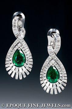 J. BONDT, PARIS  Un magnífico par de Art Deco esmeralda y pendientes de diamantes,  cada juego con diamantes talla baguette y una pera en forma de esmeralda colombiana pesa aprox. 3,75 quilates, montado en platino y oro de 18 quilates.  París, alrededor de 1937