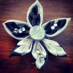 Kanzashi di Ely ( e non solo ): Fiore bianco e nero con petalo speciale