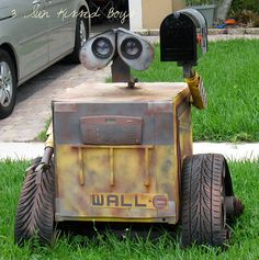 The geek in my REALLY wants this... not sure how @Dennis Knetemann Knetemann Bonilla would feel about it. Ha! (WALL-E Mailbox)