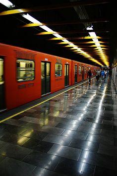 El domingo a las diez por la mañana, tomaremos el Metro de la Ciudad. En metro, mi familia y yo iremos al Aeropuerto Benito Juarez para volar en un avión a Boston. El metro será muy rápido. Subiremos en metro a las diez, y bajaremos de metro a las diez y media cuando estaremos en el aeropuerto. Veremos muchos lugares por las ventanas en el metro.