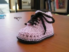 "Туто шоссон красе ау трико пар Magshoes СУР на etsy, ""Tuto Bootie baby knitted in French by Magshoes on Etsy"", ""Browse unique items from Magsboto Knitting For Kids, Crochet For Kids, Baby Knitting, Knitted Booties, Knitted Slippers, Crochet Baby Booties, Knit Crochet, Crochet Patron, Tricot Baby"