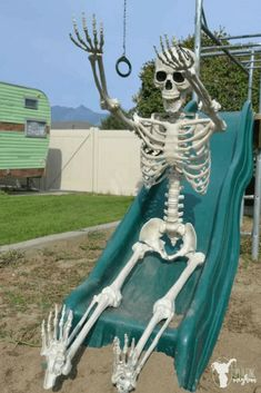 """30 HILARIOUS """"Elf on the Shelf"""" Ideas for your Halloween skeleton - Uplifting Mayhem Creepy, Spooky Scary, Reaction Pictures, Funny Pictures, Funny Skeleton, Funny Memes, Hilarious, Donia, Grunge Photography"""