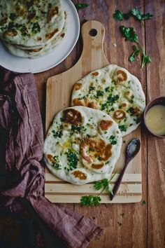 Instant Naan: 1 cup all purpose flour 1 cup whole-wheat flour 1 teaspoon baking soda 1 tablespoon oil 1 cup yogurt water (as much required to form a smooth dough) pinch of salt sesame seeds and freshl (Vegan Curry Puffs) I Love Food, Good Food, Yummy Food, Indian Food Recipes, Vegetarian Recipes, Healthy Recipes, Falafel, Tortillas, Bread Recipes