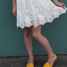 Detailed skirt and bright yellow shoes, my Thursday outfit! I love yellow and white for summer! (Sorry for my mosquito bitten legs!) What you think?  #summer #brazilianflare #brazil #fashionista #shopping #addicted #fashion #style #styleblogger #statementshoes @vizzano_oficial #yellowflats #details #skirt #outfitoftheday #yayornay #2017 #beautiful #ootd #whattowear #summertimefun #oldnavy