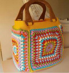 crochelinhasagulhas: No instagram Love Crochet, Knit Crochet, My Bags, Purses And Bags, Plastic Bag Crafts, Basket Bag, Crochet Handbags, Crochet Squares, Knitted Bags
