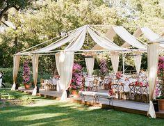 Outdoor Hochzeit mit Stoffbahnen, die leichter Sonnenschutz bieten