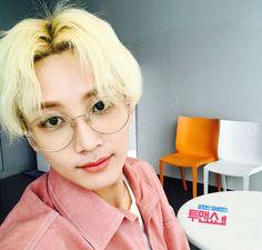 I feel like Jeonghan looks a lot younger/more innocent with short hair idk Taemin, Shinee, Woozi, Wonwoo, 17 Kpop, Hip Hop, Kpop Hair, Vernon Hansol, Jeonghan Seventeen