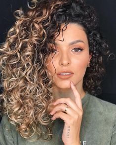 Curly Hair Balayage Curls Curly hair balayage & lockiges haar balayage & balayage d Dyed Curly Hair, Colored Curly Hair, Curly Hair Tips, Short Curly Hair, Curly Hair Styles, Medium Curly, Hair Medium, Curly Girl, Highlights Curly Hair