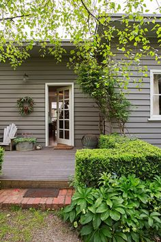 Weatherboard is a type of exterior cladding used on homes in Australia. The charm of weatherboard homes is undeniable, take a look at 12 examples. Exterior Color Schemes, Exterior Paint Colors For House, Paint Colors For Home, Exterior Design, Interior And Exterior, Paint Colours, Colour Schemes, Interior Rendering, Weatherboard Exterior