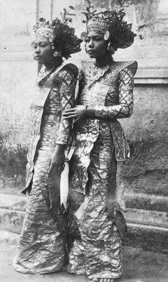 Twee jonge Balinese danseressen