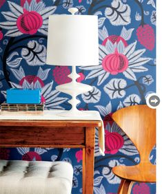 The revival of wallpaper Bold Wallpaper, Fabric Wallpaper, Botanical Wallpaper, Wallpaper Patterns, Colorful Wallpaper, Funky Home Decor, Interior Decorating, Interior Design, Beautiful Wall