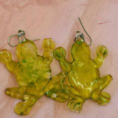 FROG STYLE EARINGS HAND MADE IN REAL GLASS Neon green earings Frog design. Used once. hand made Accessories