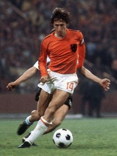 Copa de 1974 - Johan Cruyff domina bola durante a partida da Copa do Mundo de 1974, contra a seleção da Argentina