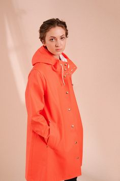 The Stutterheim Mosebacke raincoat is the women's A-line version of our iconic raincoat. This feminine model has a beautiful silhouette with a spacious cut. It is handmade in rubberized cotton, comes unlined, with double welded seams, snap closures and co Mens Raincoat, Pvc Raincoat, Girls Wear, Women Wear, Rain Gear, Girls In Love, Burnt Orange, Feminine, Street Style