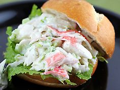 Salades voor op brood, sandwich of toast Crab Salad Sandwich Recipe, Crab Sandwich, Panini Sandwiches, Soup And Sandwich, Wrap Sandwiches, Pita, Immitation Crab Salad, Immitation Crab Recipes, Tostadas