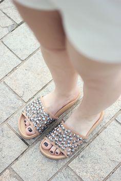 Look da Ka: tudo branco e chinelo slide com brilho
