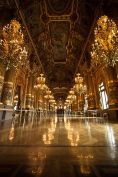 The foyer of the Opéra Garnier building in Paris. By far the most impressive interior I have seen in my life! Architecture Baroque, Architecture Cool, Beautiful Buildings, Beautiful Places, Versailles Paris, Mansion Homes, Old Money, Ballrooms, Aesthetic Pictures