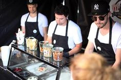 Was darf es sein? Unser Team nimmt die Wünsche Deiner Gäste auf und garantiert durch unendliche Kombinationsmöglichkeiten  einzigartigen Eisgenuss auf Deinem Event.  Ob Hochzeit  Firmenfeier  oder Vereinsfest  verblüffe Deine Gäste mit einem internationalen Foodtrend  mit Show-Cooking-Charakter bei dem (fast) jedem Geschmack entsprochen werden kann und sende eine Buchungsanfrage über unsere Webseite!  (: @movingshades)  #panguinice #panguinicecream #panguinicecreamrolls #icecreamrolls…