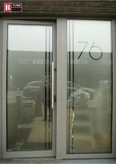 huisnummer met vertikale lijnen raamfolie