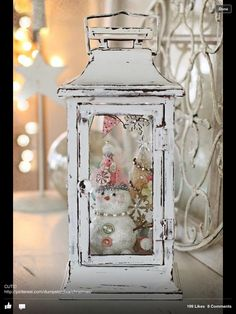 Take a chance and create your own shabby chic Christmas! Shabby chic is all about pastels and white, so here are our ideas to achieve this look for Christmas. Noel Christmas, Pink Christmas, Outdoor Christmas, Winter Christmas, Vintage Christmas, Beautiful Christmas, Rustic Christmas, Christmas Lanterns Diy, Elegant Christmas