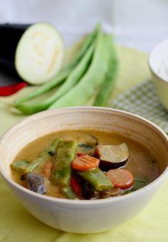 Thai green curry with veggies (vegetarian) / Thajské zelené curry s lilkem, mrkví a fazolemi