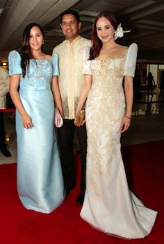 Lucy Torres Gomez SONA 2015 Her flower hair ornament was so beautiful. Maria Clara Dress Philippines, Philippines Dress, Grad Dresses, Ball Gown Dresses, Bridesmaid Dresses, Formal Dresses, Size 18 Wedding Dress, Wedding Gowns, Modern Filipiniana Gown