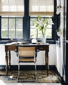 Vintage modern home office space. Home Office Vintage, Vintage Home Decor, Vintage Modern, Vintage Industrial, Industrial Loft, Bedroom Vintage, Industrial Restaurant, Vintage Restaurant, Vintage Homes