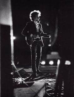 Bob Dylan and a rare photo of him on a Jazzmaster.