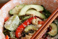 De zomer vraagt om lekkere salades. Die smaken dan gewoon op hun best! Deze salade is supersnel klaar en je hebt ook helemaal niet zo veel nodig. Door de bloemkool, de avocado, de paprika en de cashewnoten is het ook nog eens ontzettend vullend! Dus bij deze: en goedgevulde, spicy maaltijdsalade voor twee!