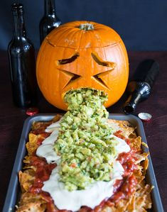 If there's one recipe you need this Halloween it's the Puking Pumpkin. Cause really, who doesn't want a pumpkin throwing up guacamole all over Halloween? Easy Halloween Snacks, Fröhliches Halloween, Hallowen Food, Halloween Appetizers, Halloween Food For Party, Gross Halloween Foods, Halloween Cupcakes, Halloween Birthday, Pumpkin Throwing Up