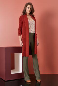 22d3f8eb2 Blusa em print Liberty + Cardigan de tricot + Calça com botões frontais na  barra.