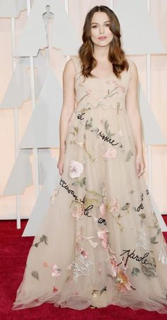 Keira Knightley radieuse en Valentino aux Oscars 2015