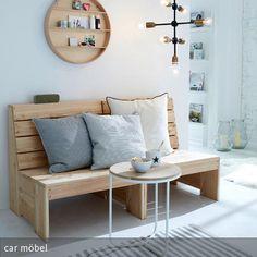 Eine rustikale Holzbank im Wohnzimmer erzeugt ein natürliches Flair und kann mit großen Kissen gemütlich hergerichtet werden. In Kombination mit hellen…
