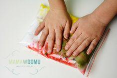 Pomysły na 10 worków sensorycznych, które zajmą dzieci na długo! | Mama w domu Plastic Cutting Board, Parenting, Childcare, Natural Parenting